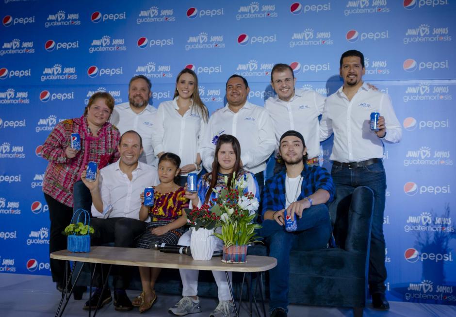 Algunos de los embajadores de Guatemorfósis posan junto a representantes de Pepsi. (Foto: George Rojas/Soy502)