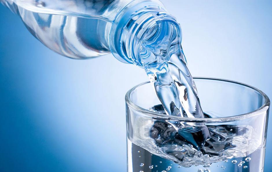 Reutilizar botella de plástico es como lamer la taza del inodoro: estudio