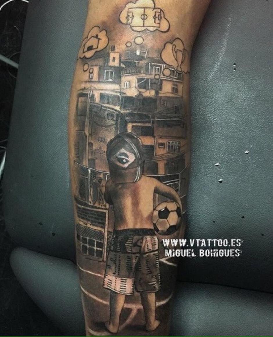 Un tatuaje de un niño viendo hacia las favelas es uno de los más llamativos del cuerpo de Neymar. (Foto: Tatuante)