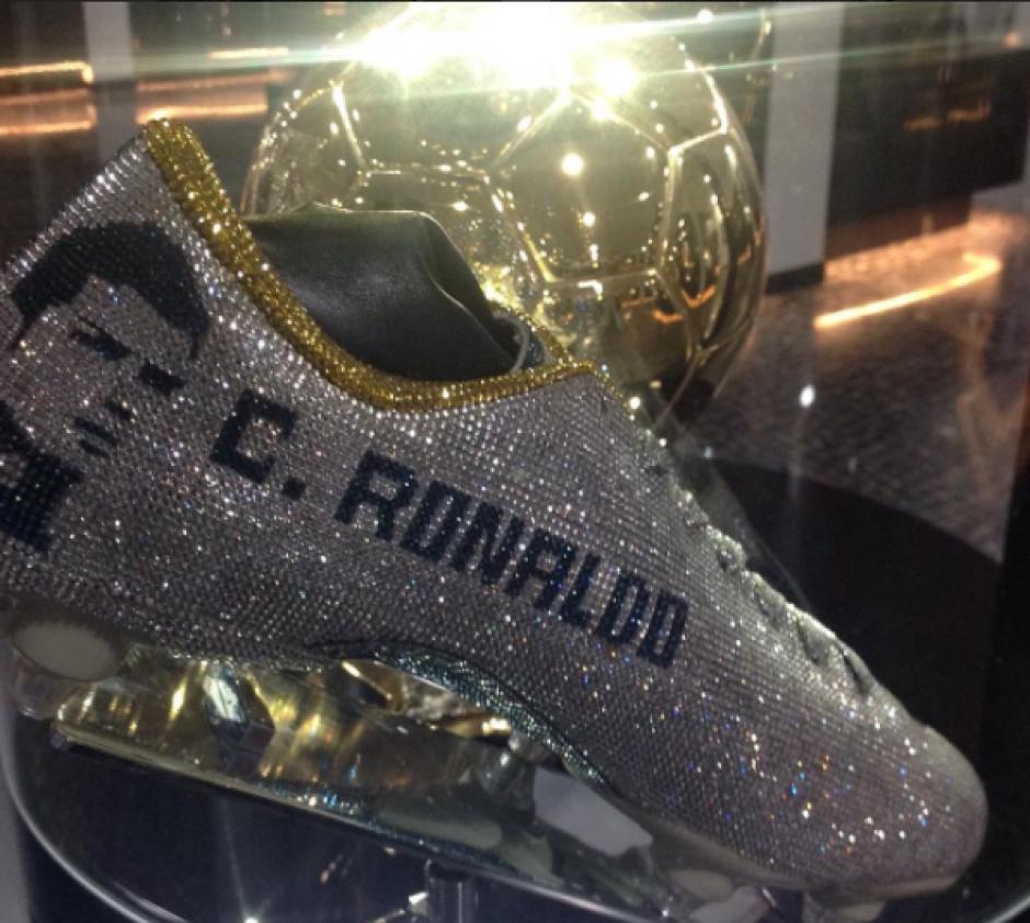 Los zapatos de diamantes de Cristiano están junto a sus balones de oro. (Foto: Instagram)