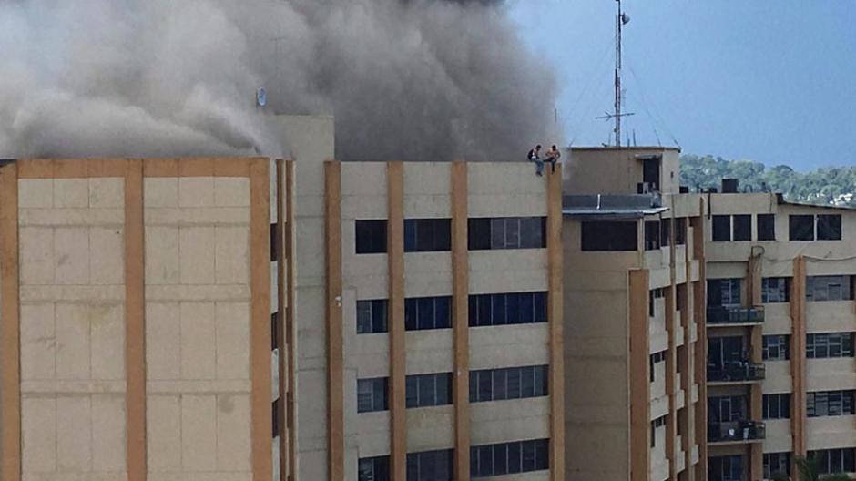 Imágenes del fuerte incendio en edificio de Hacienda en el Salvador
