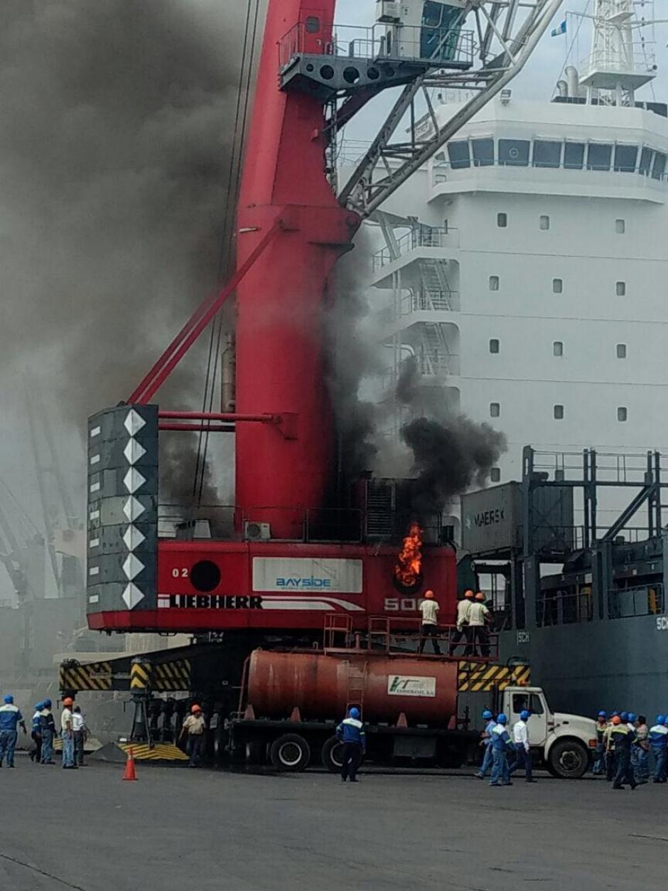 Las llamas provocaron una gran columna de humo. (Foto: EPQ)