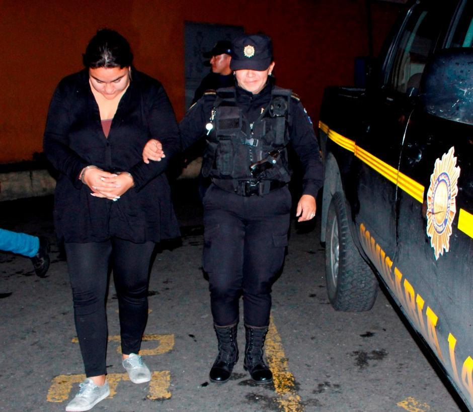 Una mujer de 29 años fue detenida por transportar una subametralladora. (Foto: PNC)