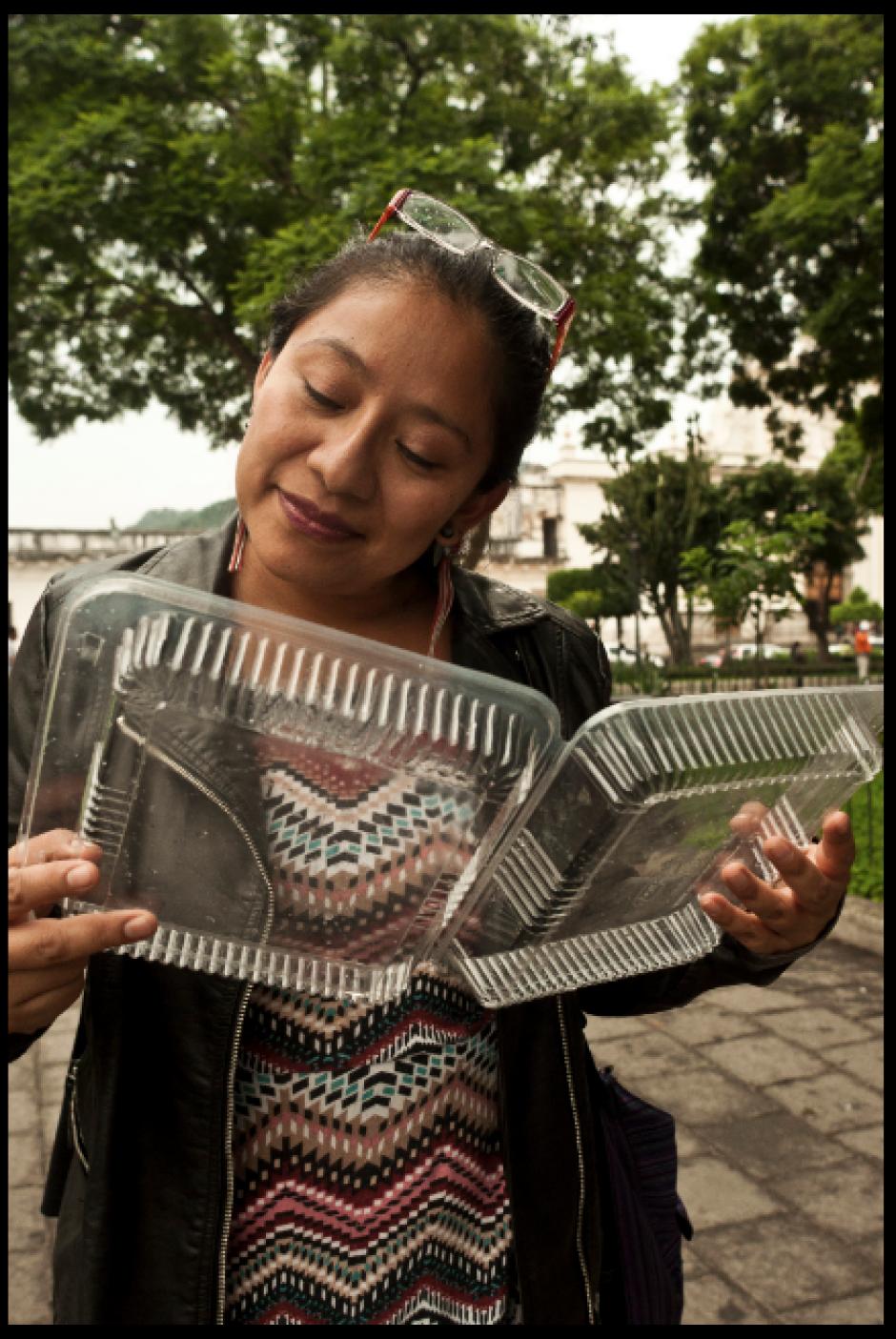 Muchos tomaron objetos como símbolo de los textos que no podrán ser comprados por los asistntes al parque. (Foto: La Casa del Mango)
