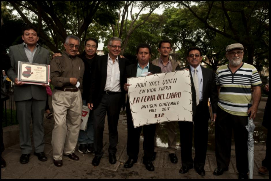 Antigüeños realizan una protesta por la anulación de la Feria del Libro. (Foto: La Casa del Mango)