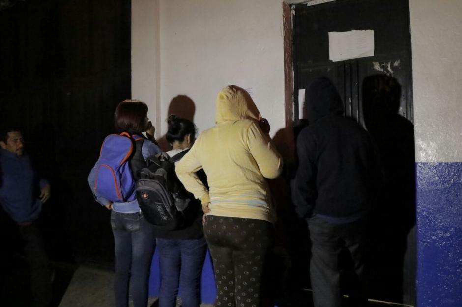 Familiares de los internos se presentaron a las afueras del centro correccional Las Gaviotas. (Foto: Alejandro Balán/ Soy502)