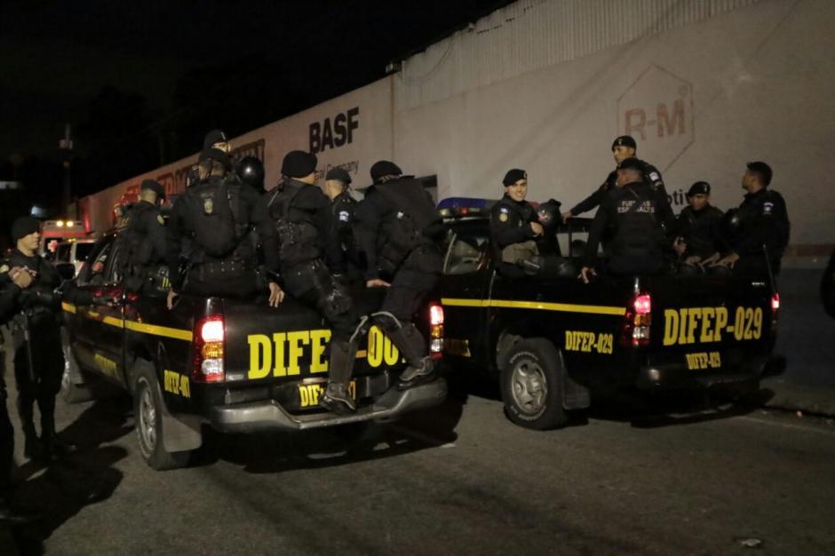 Agentes de la PNC llegaron a lugar para tomar el control en caso de ser necesario. (Foto: Alejandro Balán/ Soy502)