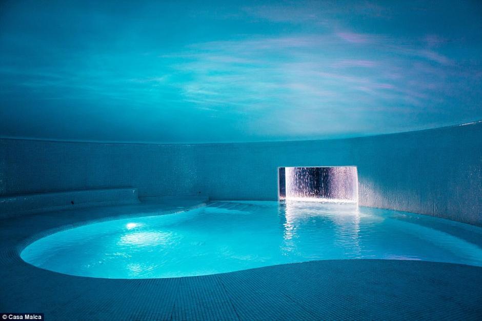 La mansión incluye piscinas enormes y climatizadas. (Foto: Dailymail)