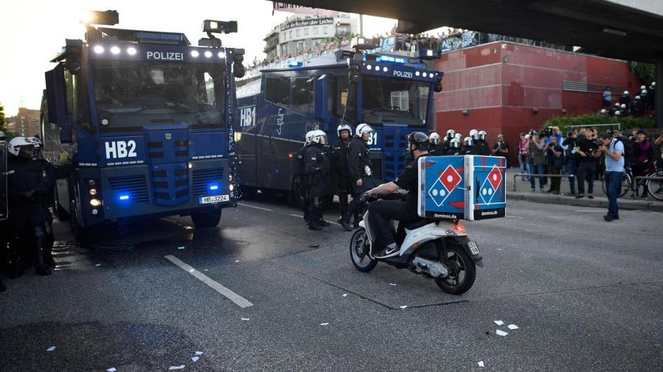 Luego de sortear a los manifestantes se encontró con los policías. (Foto: Twitter)
