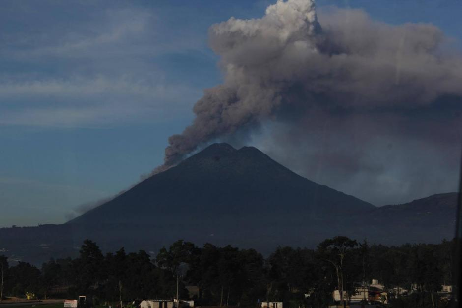 La erupción del volcán de Fuego empezó anoche y se incrementó durante esta mañana. (Foto: Fredy Hernández/Soy502)