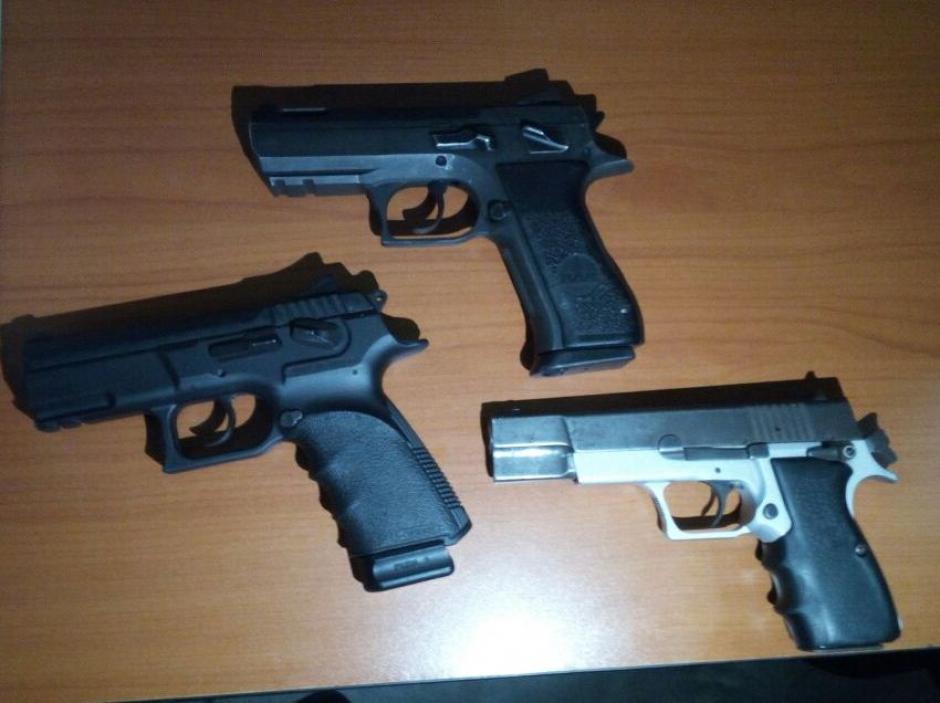 Estas son las armas de fuego que fueron decomisadas por las autoridades. (Foto: PNC)