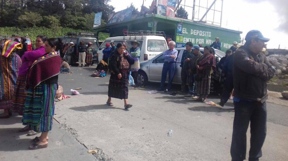 Los pobladores pincharon las llantas del vehículo para evitar el paso. (Foto: Knal 4 Quiché)