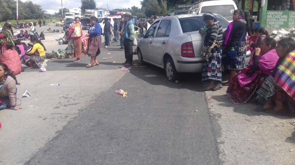En la ruta Interamericana, un conductor sufrió con los manifestantes. (Foto: Knal 4 Quiché)