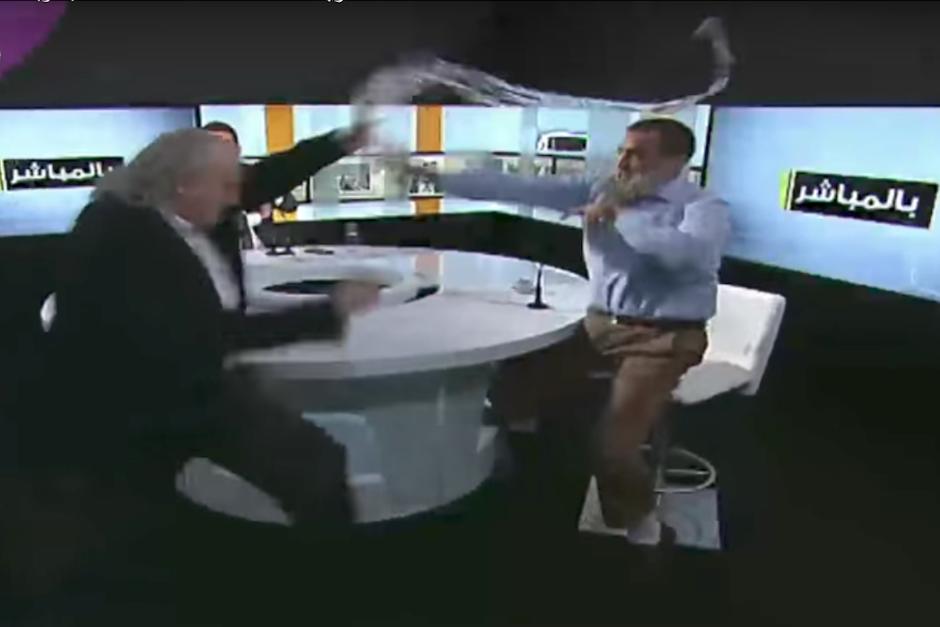 Debatían sobre el Estado Islámico y se agarran a golpes — YouTube