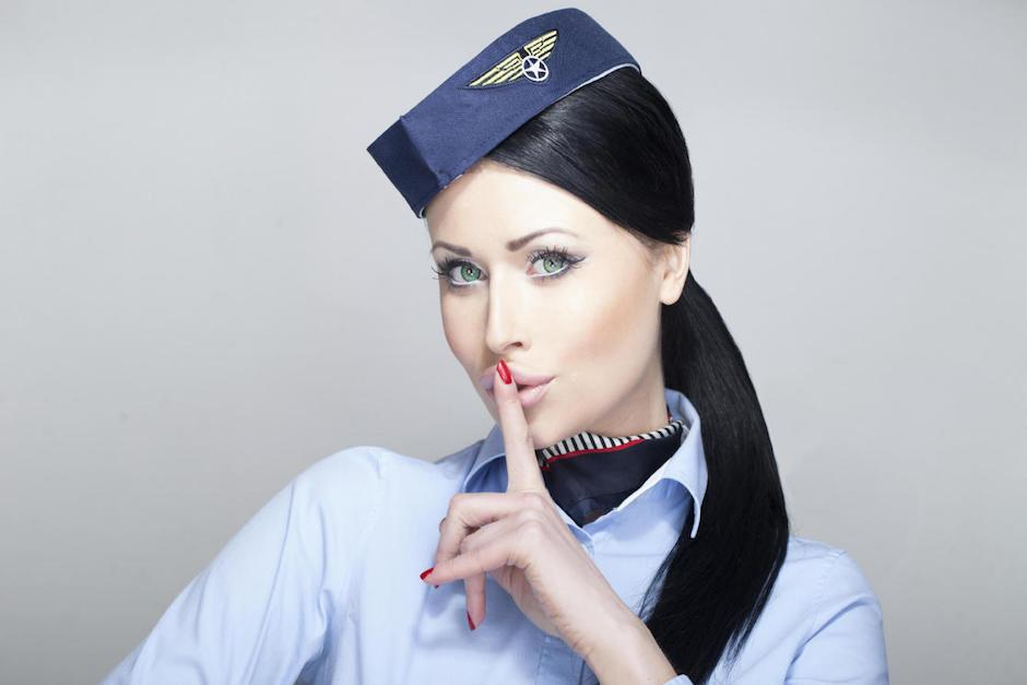 Aeromoza rellena botella de champaña en vuelo de la aerolínea Emirates