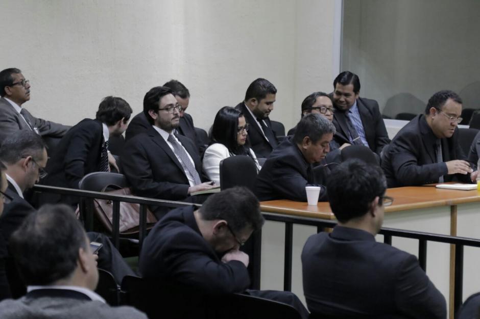 La mayoría de abogados vistió de negro por el fallecimiento del médico Carlos Palma, quien era uno de los 19 sindicados en el caso Negociantes de la Salud. (Foto: Alejandro Balán/Soy502)