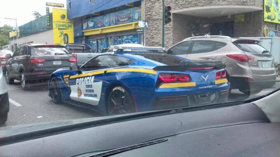 El carro de lujo llamó la atención de los ciudadanos. (Foto: Super Autos GT)