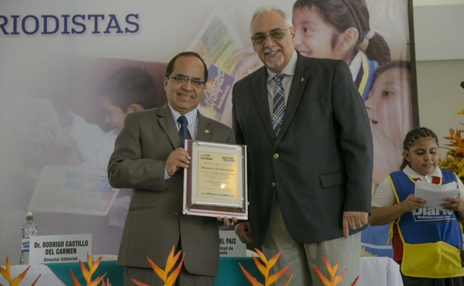 Óscar Hugo López, ministro de Educación, recibe agradecimiento de parte de Rodrigo Castillo del Carmen, director editorial de Nuestro Diario. (Foto: Víctor Xiloj/Soy502)