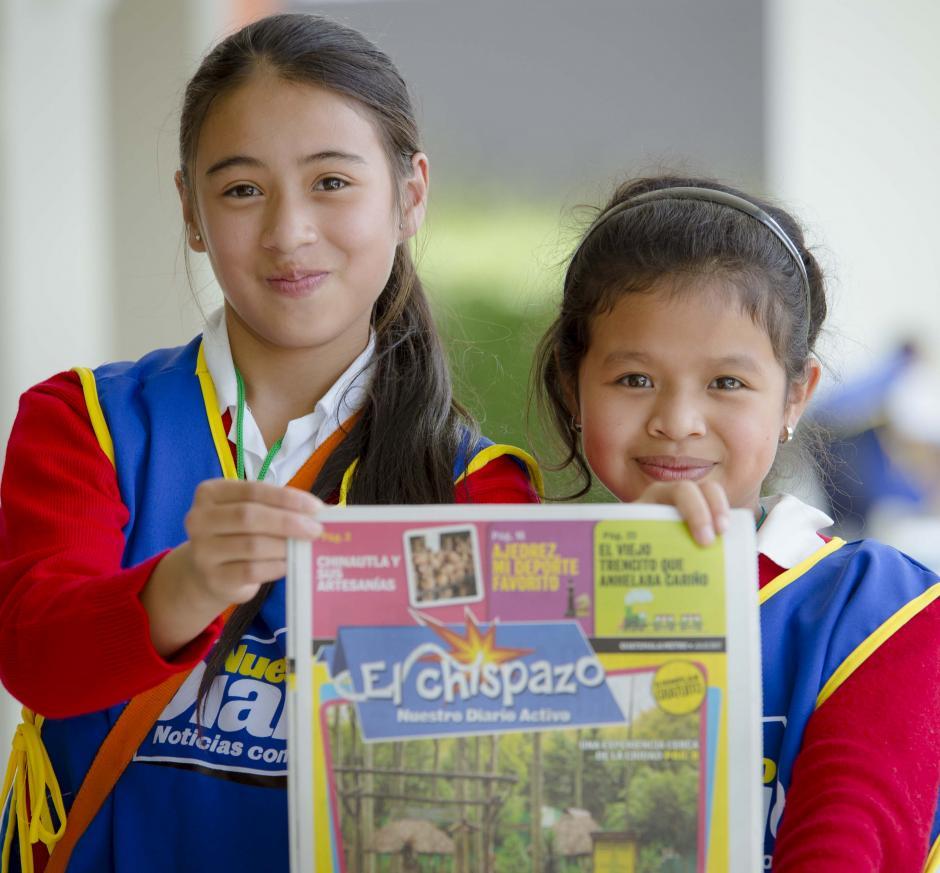 Futuras periodistas y amantes de la lectura muestran la edición de El Chispazo. (Foto: George Rojas/Soy502)