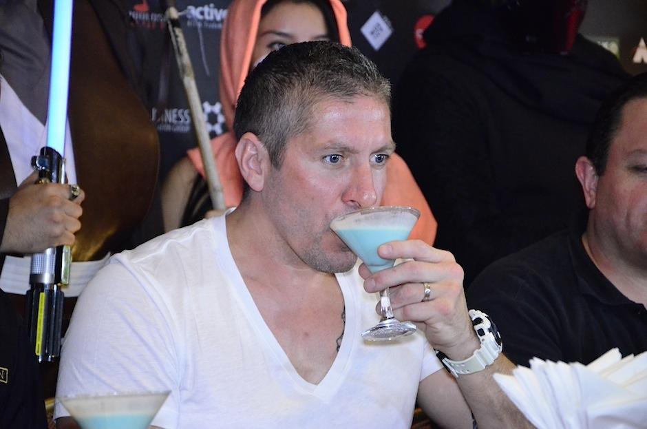 Ryan disfrutó una bebida especial durante la convivencia. (Foto: Selene Mejía/Soy502)