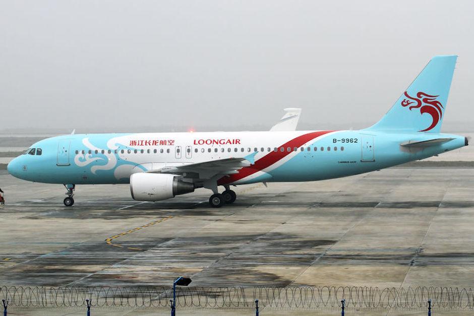 Detiene chino un avión con sus manos