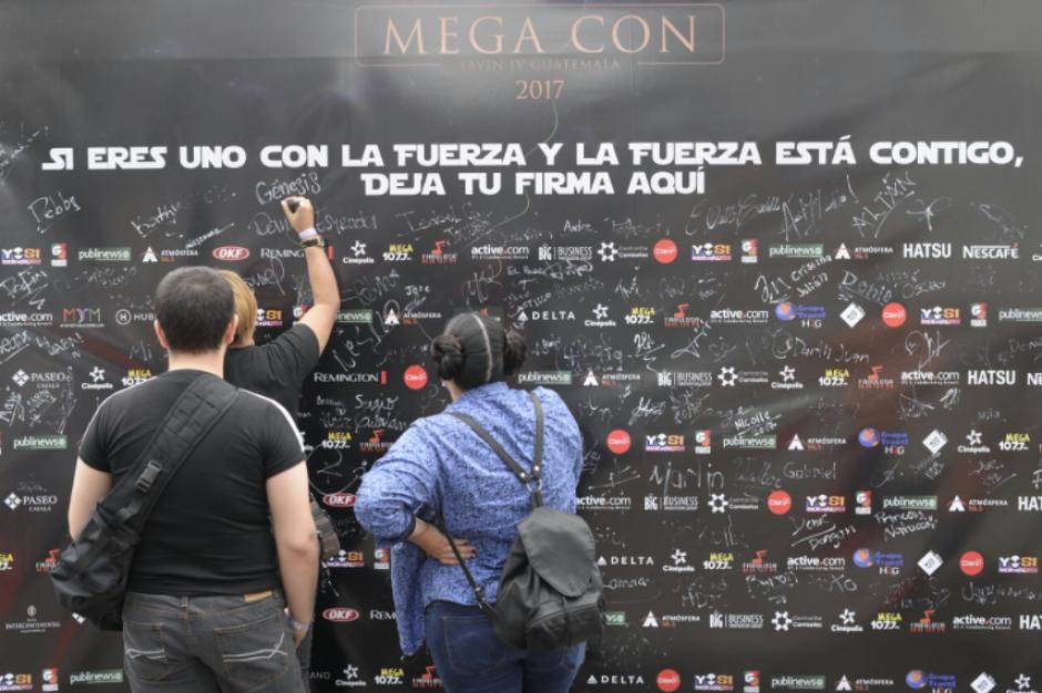 Los fanáticos dejaron registro de su visita al firmar en una manta en la que figuraban los patrocinadores. (Foto: Wilder López/Soy502)