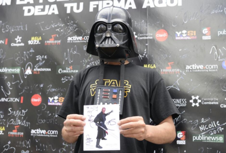 Varios seguidores de la saga aprovecharon para obtener un autógrafo de Ray Park, quien dio vida a Darth Maul. (Foto: Wilder López/Soy502)