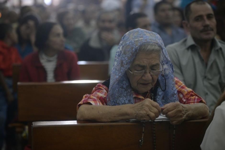 Las familias llegan a orar a la virgen del Carmen. (Foto: Wilder López/Soy502)