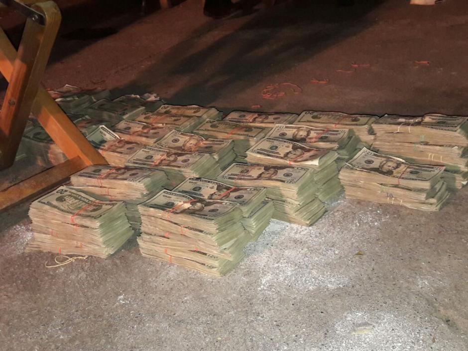 Las autoridades realizan el conteo necesario del dinero que fue localizado. (Foto: PNC)