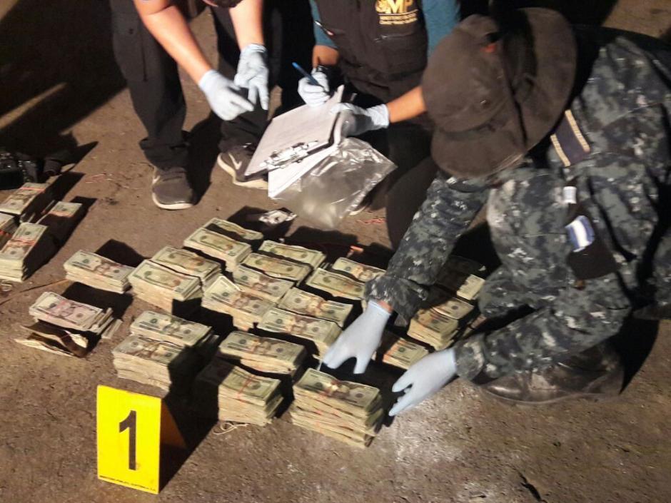 Los dólares estaban escondidos dentro de la camioneta marca Kia. (Foto: PNC)