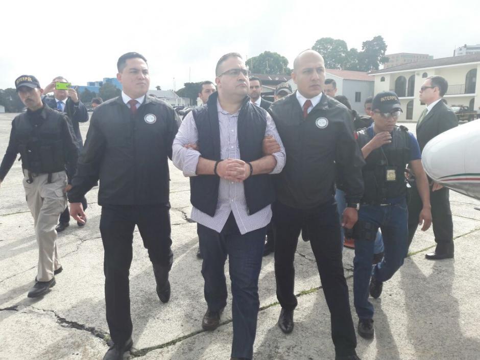 Las autoridades mexicanas trasladaron a Duarte al avión privado. (Foto: Mingob)