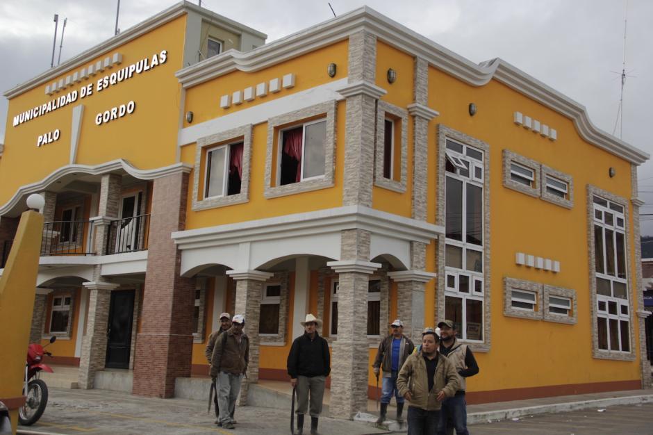 El punto de partida hacia sus destinos es el edificio municipal. (Foto: Fredy Hernández/Soy502)