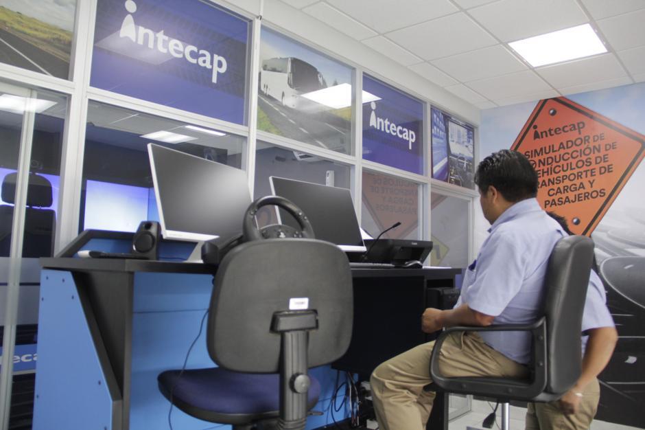 El simulador cuenta con dos cabinas, una para el instructor y otra para el aspirante. (Foto: Fredy Hernández/Soy502)