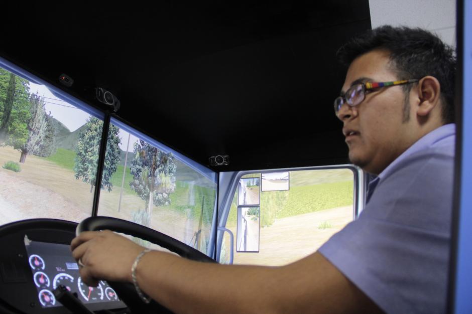 El piloto siente el movimiento del camino por el que recorre el simulador. (Foto: Fredy Hernández/Soy502)