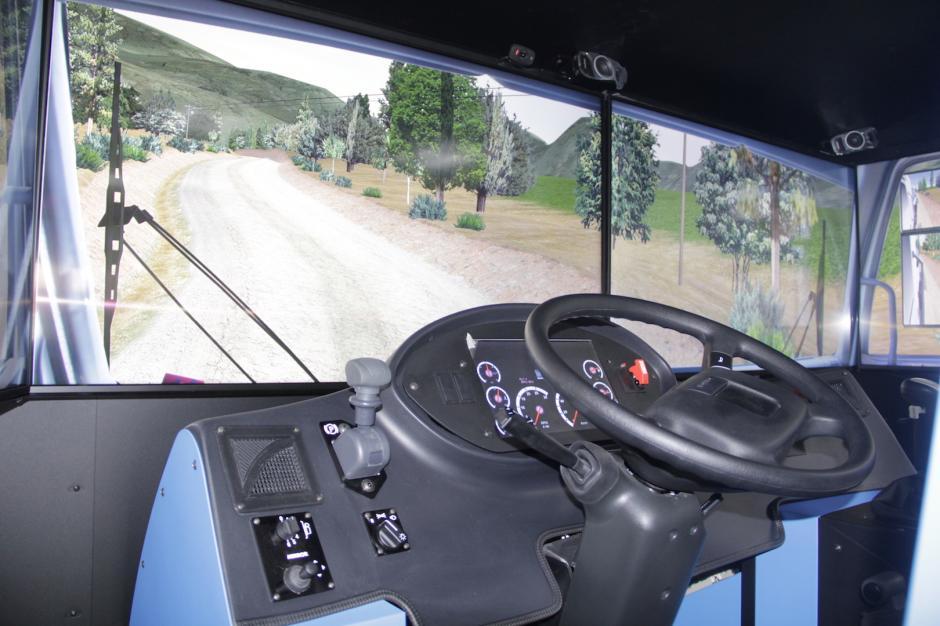 El simulador cuenta con cuatro pantallas que dan la forma de la vista sobre una carretera. (Foto: Fredy Hernández/Soy502)