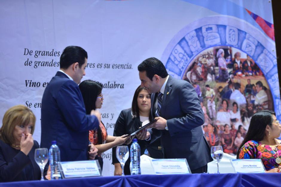 Jimmy Morales entregó simbólicamente el documento al Presidente del Congreso. (Foto: Jesús Alfonso/Soy502)