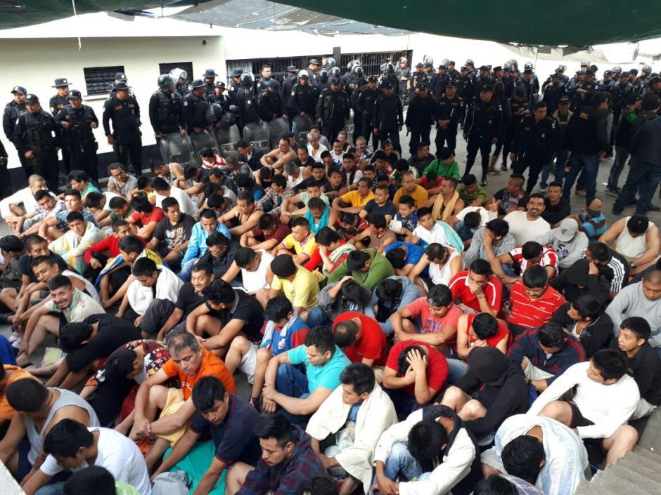 En la prisión ubicada en Chimaltenango también se realizó una requisa. (Foto: PNC)