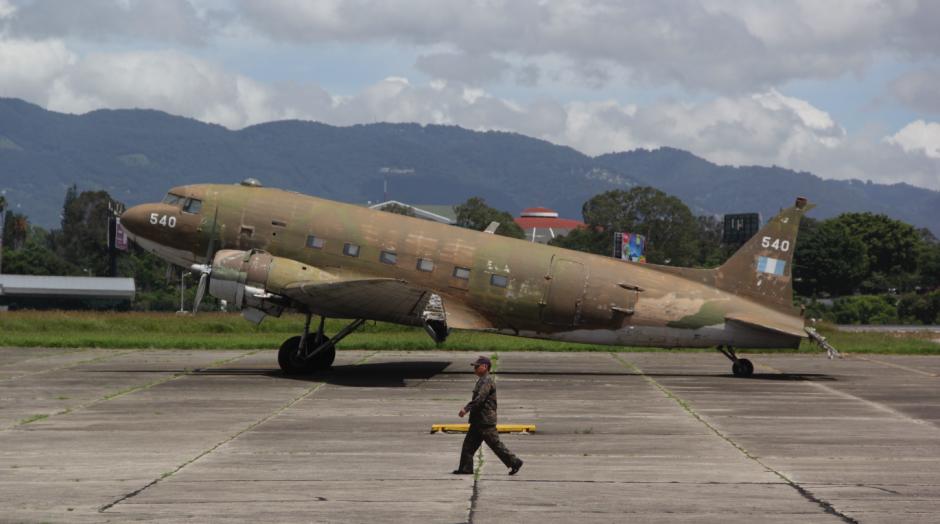 Se tuvo que cambiar la aeronave inicial porque presentaba problemas. (Foto: Fredy Hernández/Soy502)