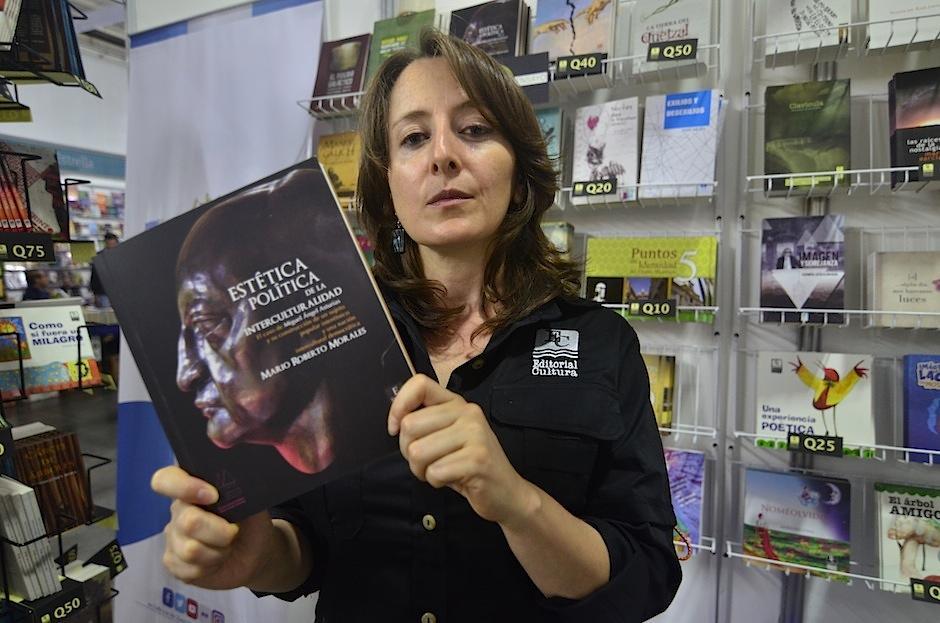 """La escritora Vania Vargas recomienda """"Estética y Política de la Interculturalidad"""". (Foto: Selene Mejía/Soy502)"""