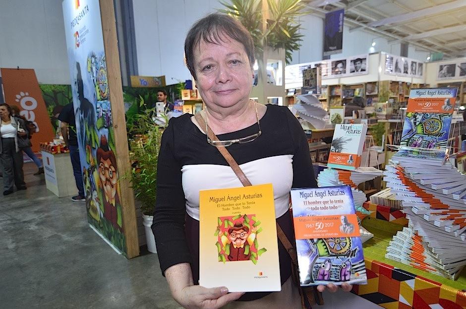 La editora Irene Piedrasanta presenta dos hermosos cuentos del escritor. (Foto: Selene Mejía/Soy502)