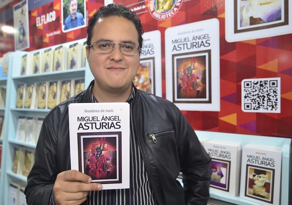 El escritor Arnoldo Gálvez Suárez muestra sus favoritos de Asturias. (Foto: Selene Mejía/Soy502)