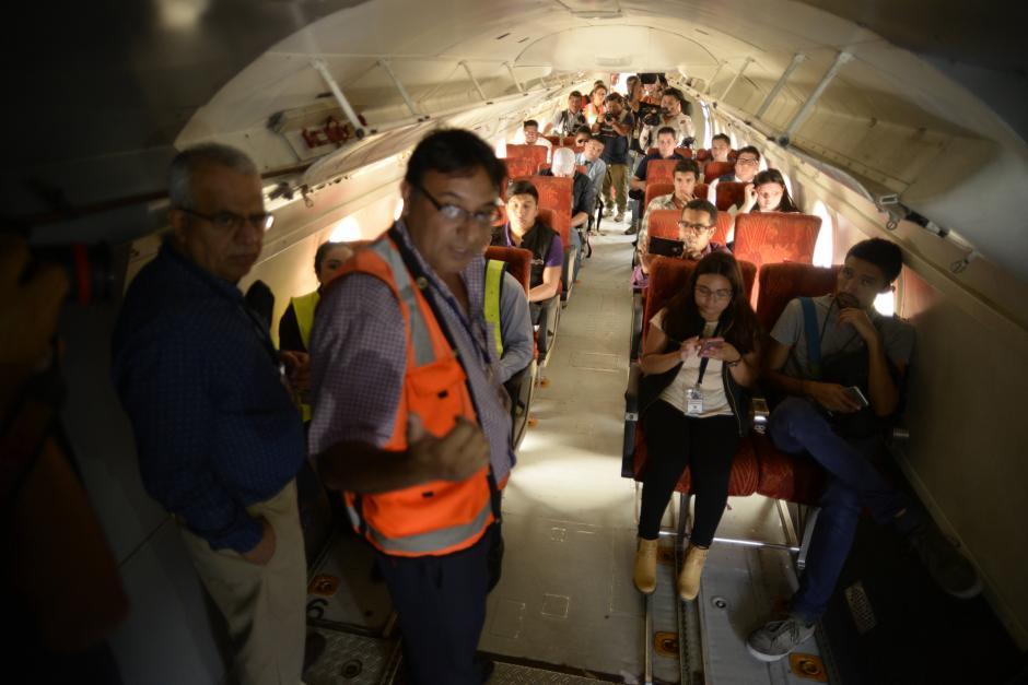 El coordinador del ejercicio explicó en el interior de la nave cómo será el proceso. (Foto: Wilder López/Soy502)