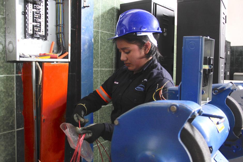 Breylin Castillo es una de las dos mujeres que aprende Electricidad Industrial. (Foto: Fredy Hernández/Soy502)