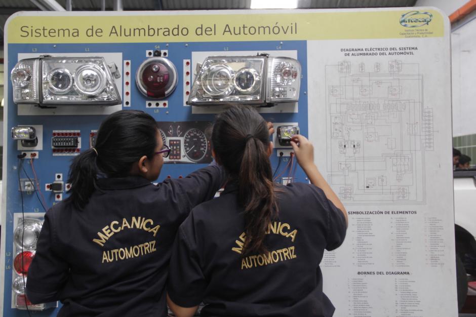 Ambas empiezan a destacar dentro de su grupo en el Intecap de la zona 21. (Foto: Fredy Hernández/Soy502)