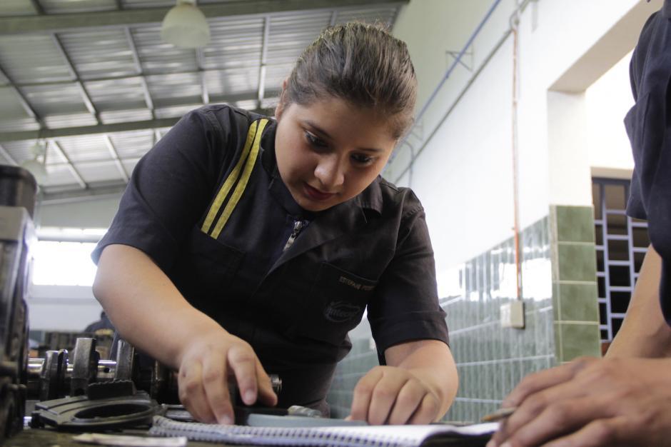 Estefani es una de las estudiantes más avanzadas en Mecánica Automotriz. (Foto: Fredy Hernández/Soy502)
