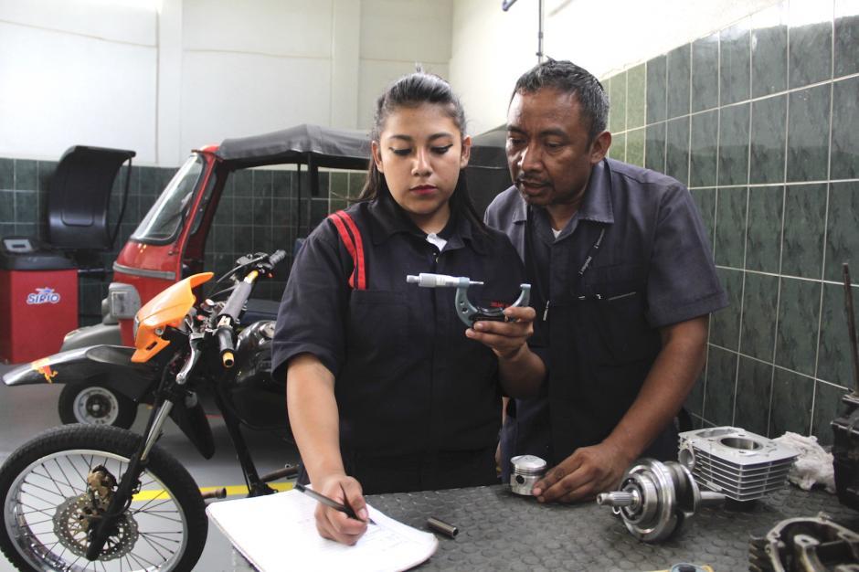 Delmy quiere poner su propio taller de mecánica de motos al finalizar el curso. (Foto: Fredy Hernández/Soy502)