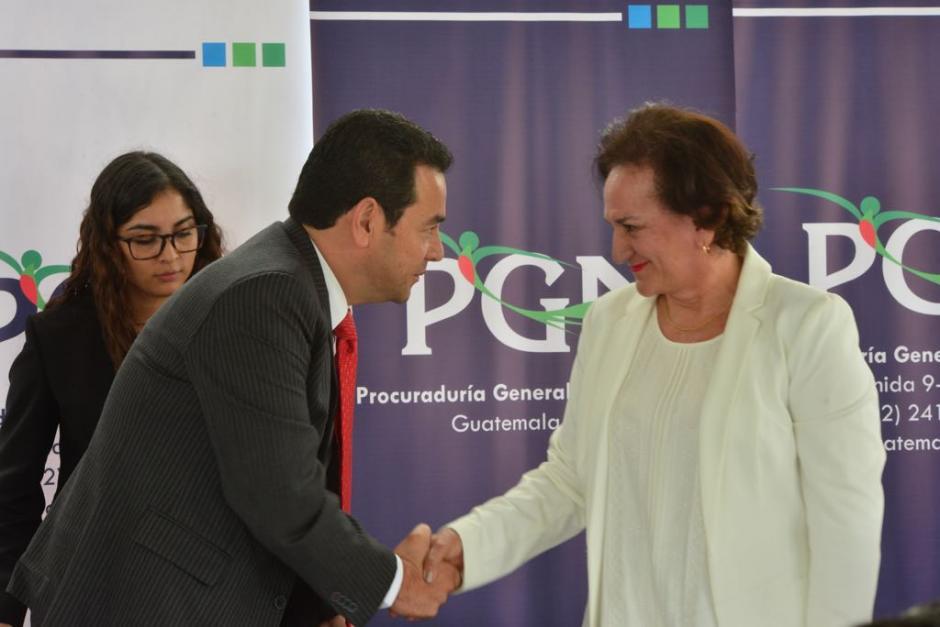 El presidente Jimmy Morales felicitó a Annabella Morfin su labor al frente de PGN. (Foto: Jesús Alfonso/Soy502)