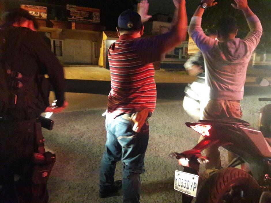Los agentes también realizaron revisiones para incautar armas. (Foto: PNC)