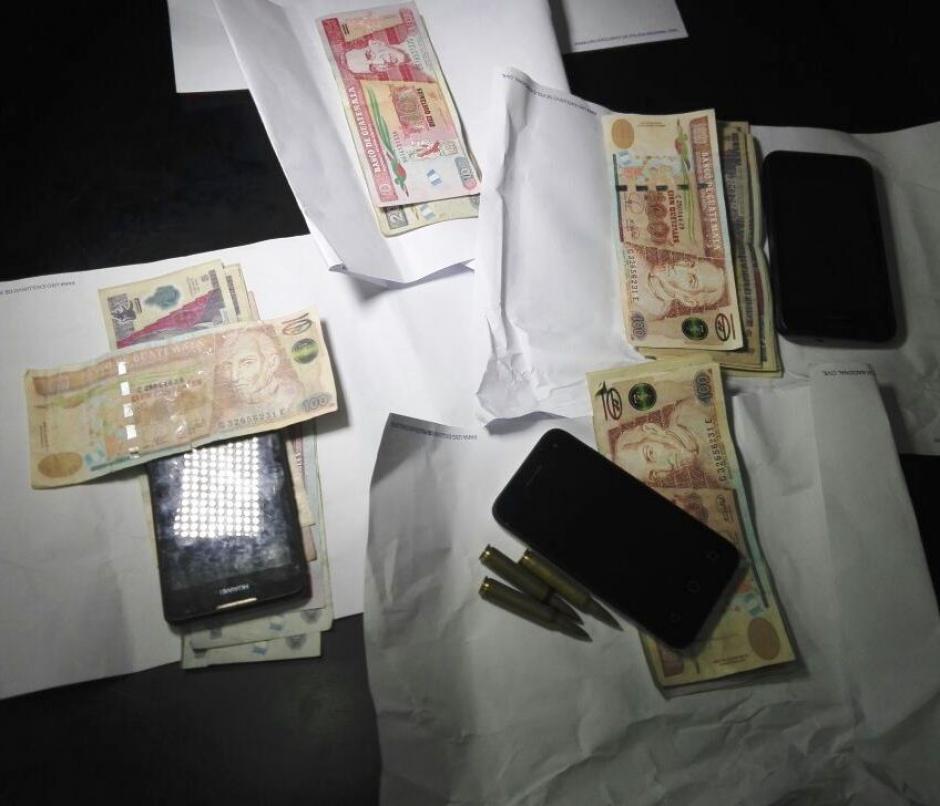 Se logró la captura de cuatro personas que portaban billetes falsos de 100 quetzales. (Foto: PNC)