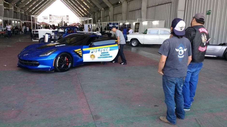 Los visitantes a la exposición se admiraron de la belleza del vehículo.  (Foto: PNC)